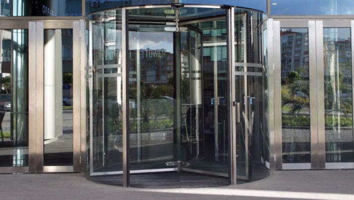 דלת מסתובבת אוטמטית מזכוכית