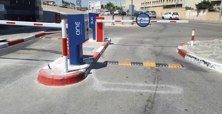 כניסה לחניון עם מערכות חניה מתקדמות