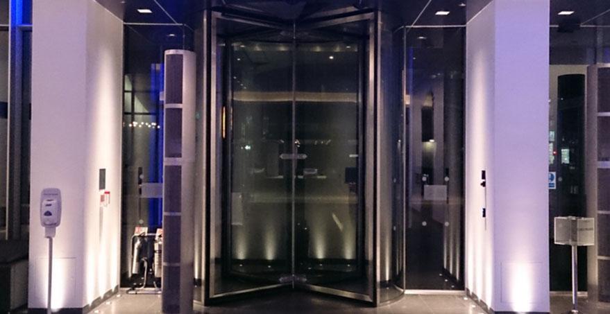 דלת מסתובבת אוטומטית מזכוכית